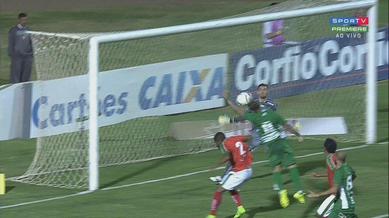 Pênalti para o Guarani! Atacante toca com a mão na área, mas árbitro marca pênalti