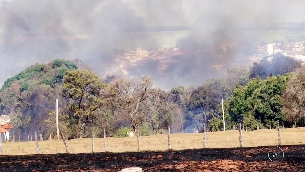 Bombeiros não conseguem atender demanda e moradores de Guapiaçu tentam controlar incêndio