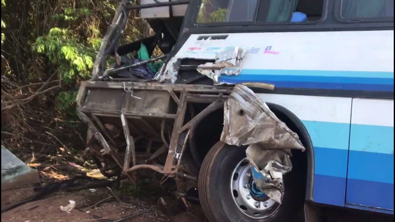 Ônibus com estudantes se envolve em acidente na BR-376