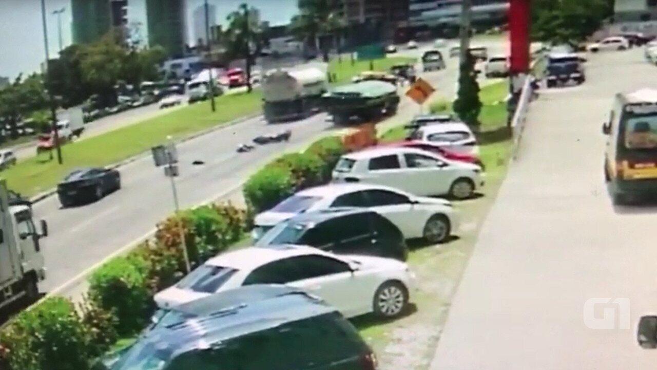 Câmeras de segurança flagram acidente na BR-230 em João Pessoa