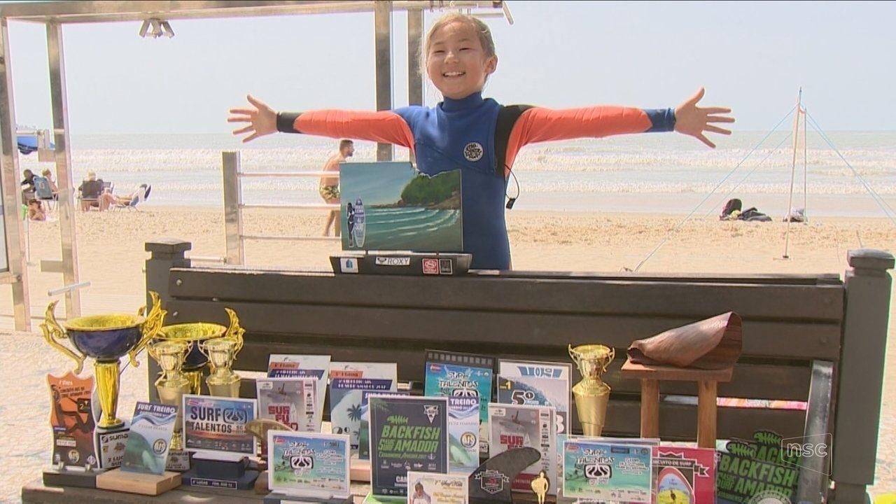 Venda de empadas e incentivo da mãe: surfista de nove anos sonha em estar no mundial