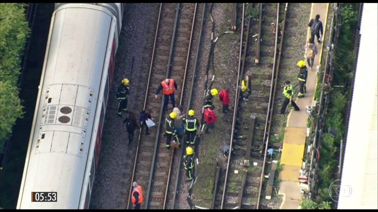 Explosão suspende serviços em estação de metrô em Londres, na Inglaterra