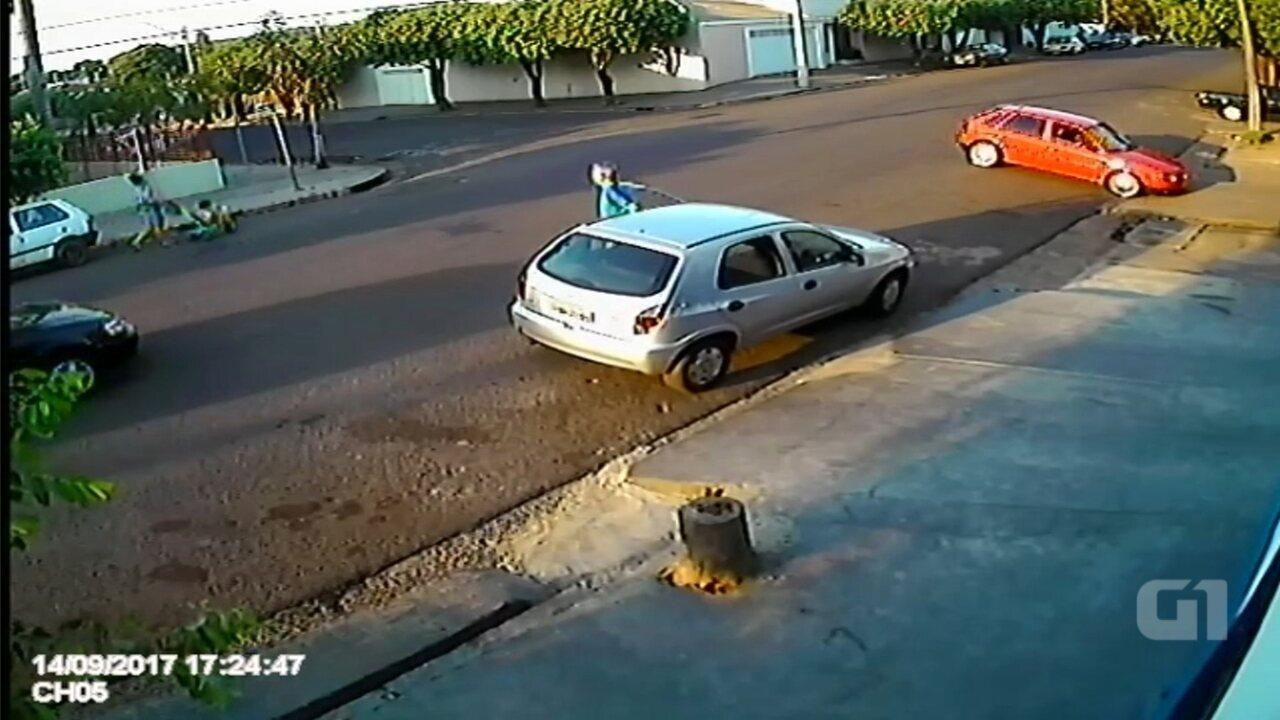 Mãe e filho são atropelados enquanto passeavam em rua; vídeo