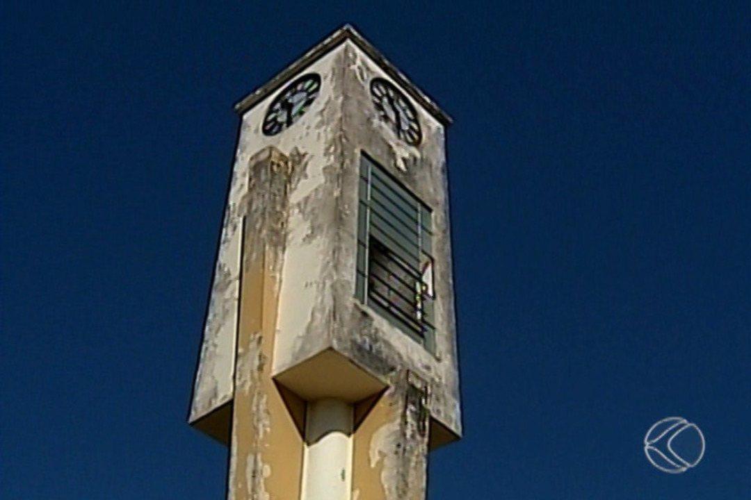 Fundação Cultural inicia reforma do Relógio e Obelisco da Praça Jorge Frange em Uberaba
