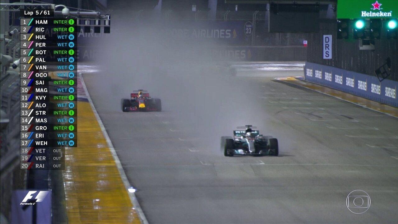 Lewis Hamilton é o líder da corrida na relargada do GP de Cingapura