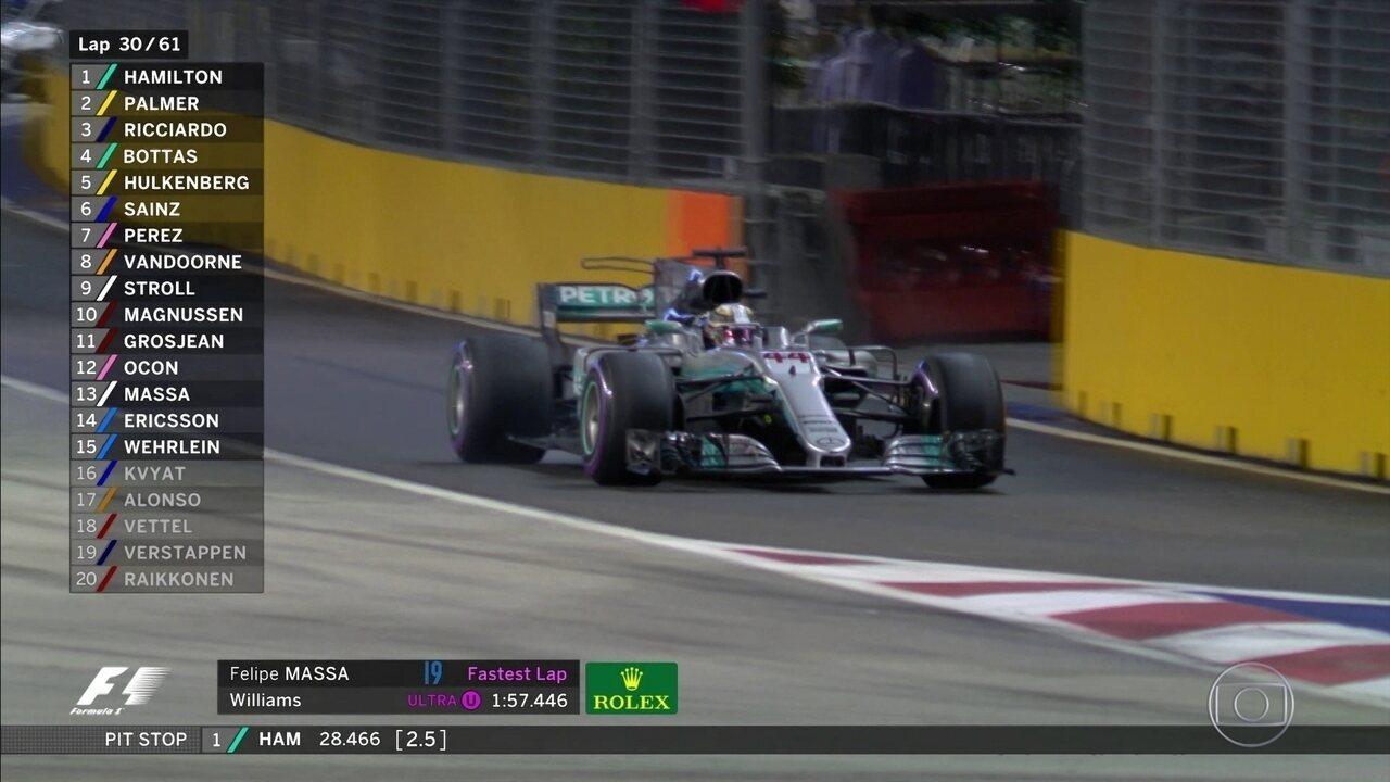 Hamilton também para trocar pneus em Cingapura e volta na primeira posição