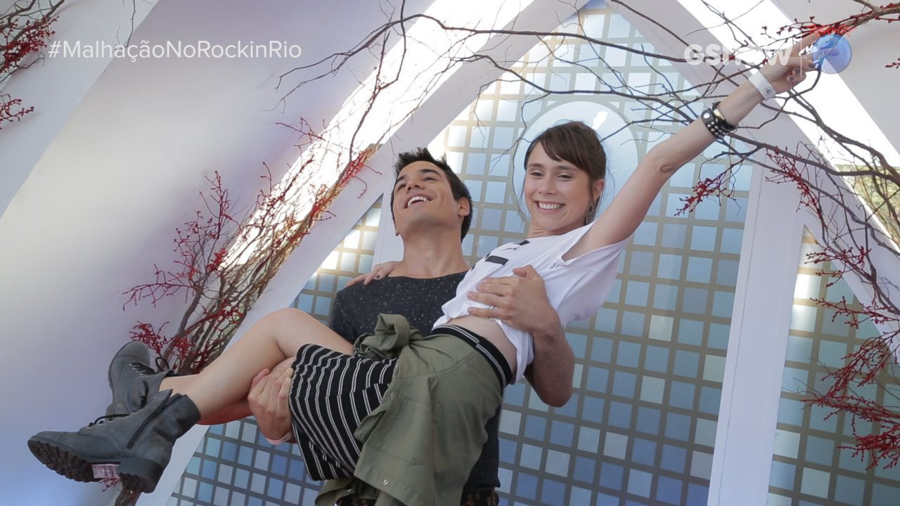 Daphne Bozaski e Bruno Gadiol entrevistam noivas que se casaram no Rock in Rio