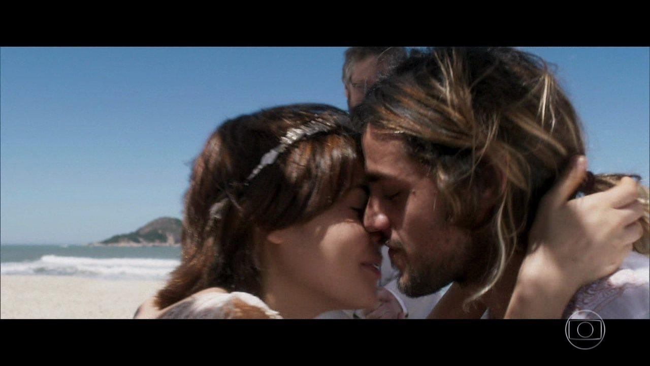 Nanda e Caíque se casam em cerimônia na praia