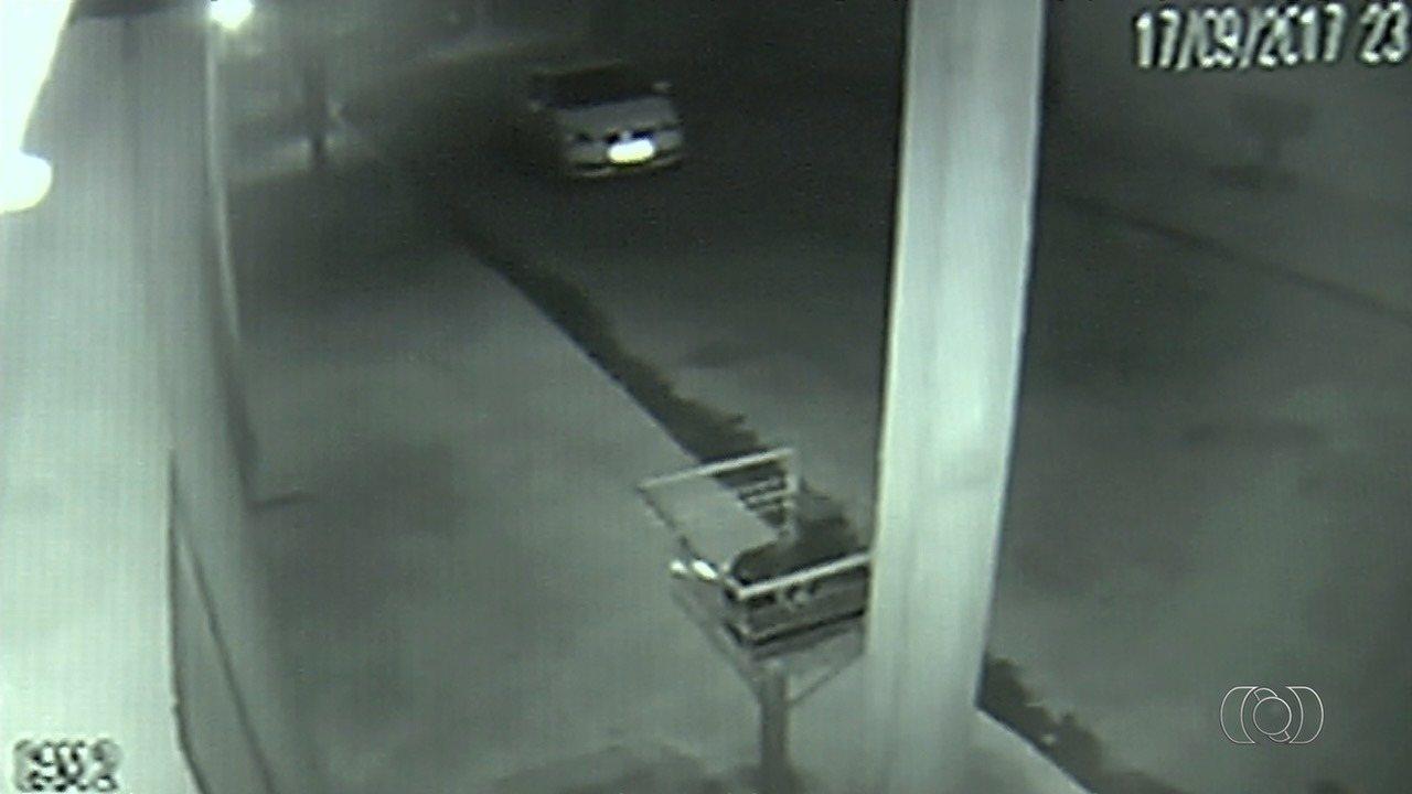 Câmera flagra suspeito de matar casal entrar e sair da casa das vítimas em Goiânia