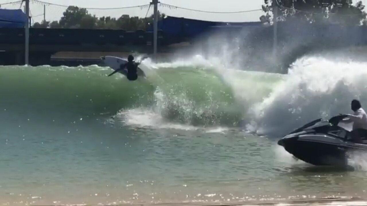 Filipinho encaixa manobras radicais e finaliza com aéreo na piscina do Kelly Slater