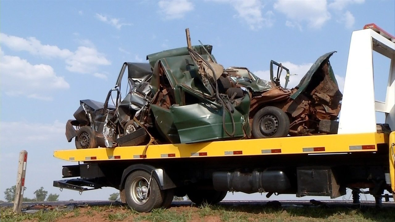 Dois morrem em acidente entre carro e caminhão em rodovia de MS