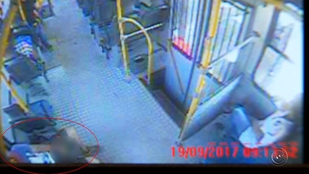 Homem flagrado com calça abaixada em ônibus é detido após novo ato obsceno
