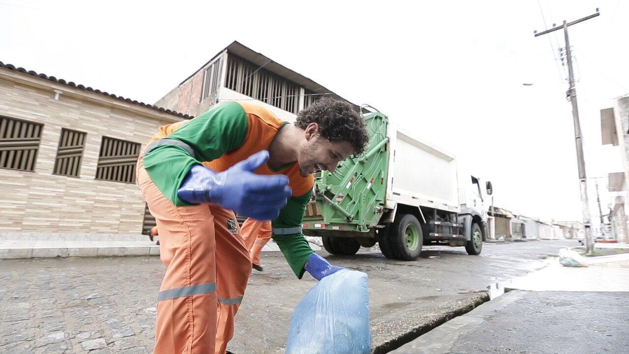 Brucce Cabral vive um dia de agente de limpeza