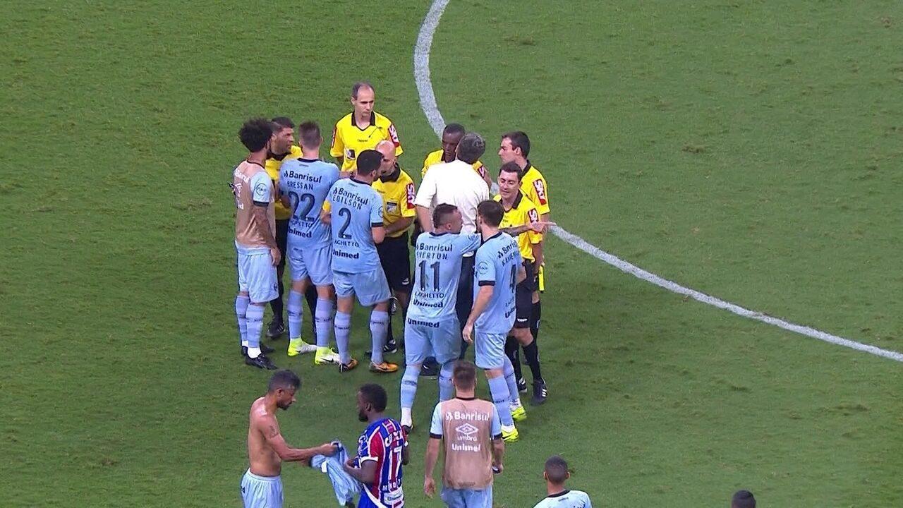 Jogadores do Grêmio cercam árbitro e Renato Gaúcho vai tirar atletas de campo