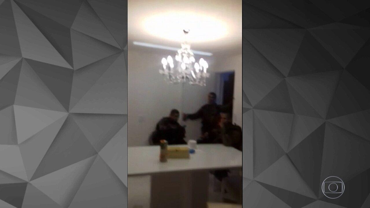 Polícia entra em casa ocupada por Rogério 157 na Rocinha, no Rio