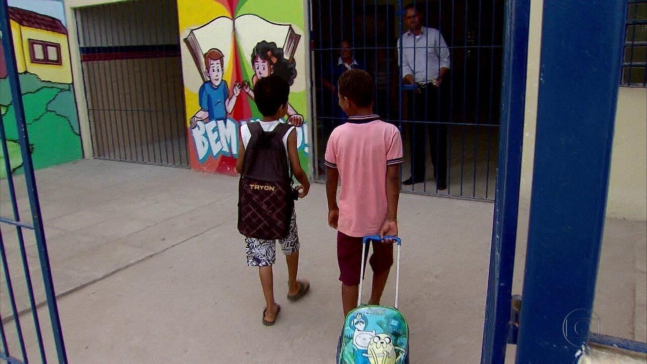 Resultado de imagem para Pais de alunos denunciam que Prefeitura de Olinda não entregou uniformes