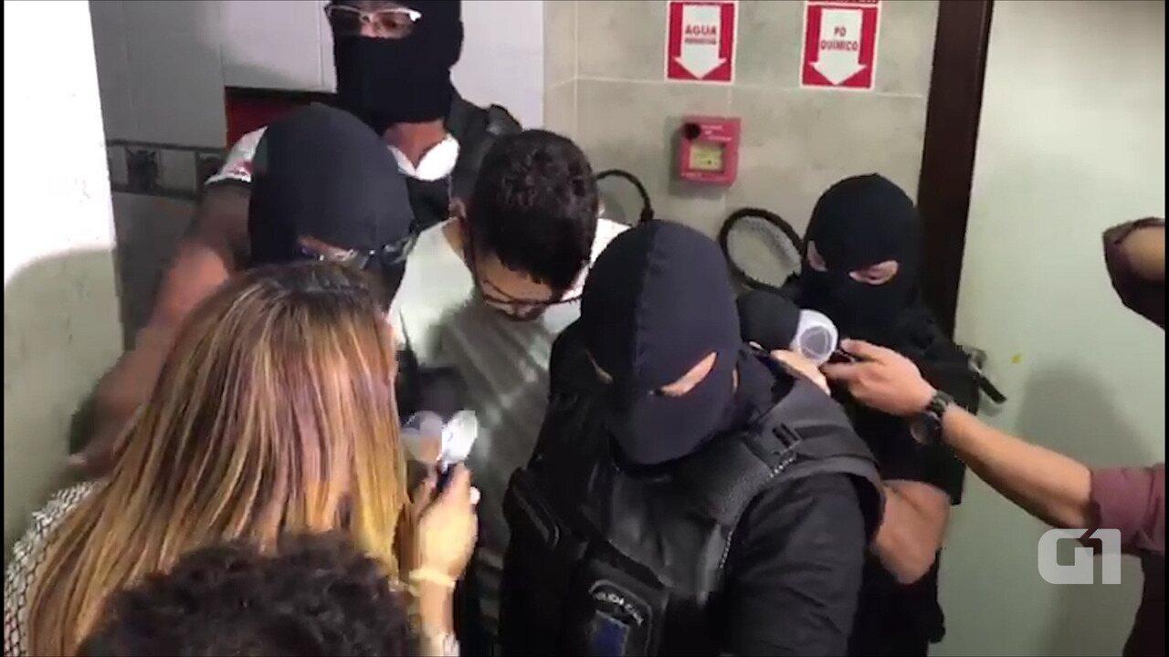 Suspeito de matar adolescente deixa delegacia sob protesto de amigos e parentes da vítima