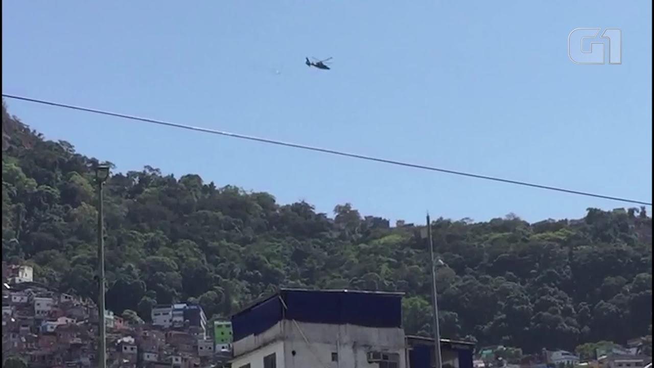 Helicóptero lança panfletos sobre a Rocinha
