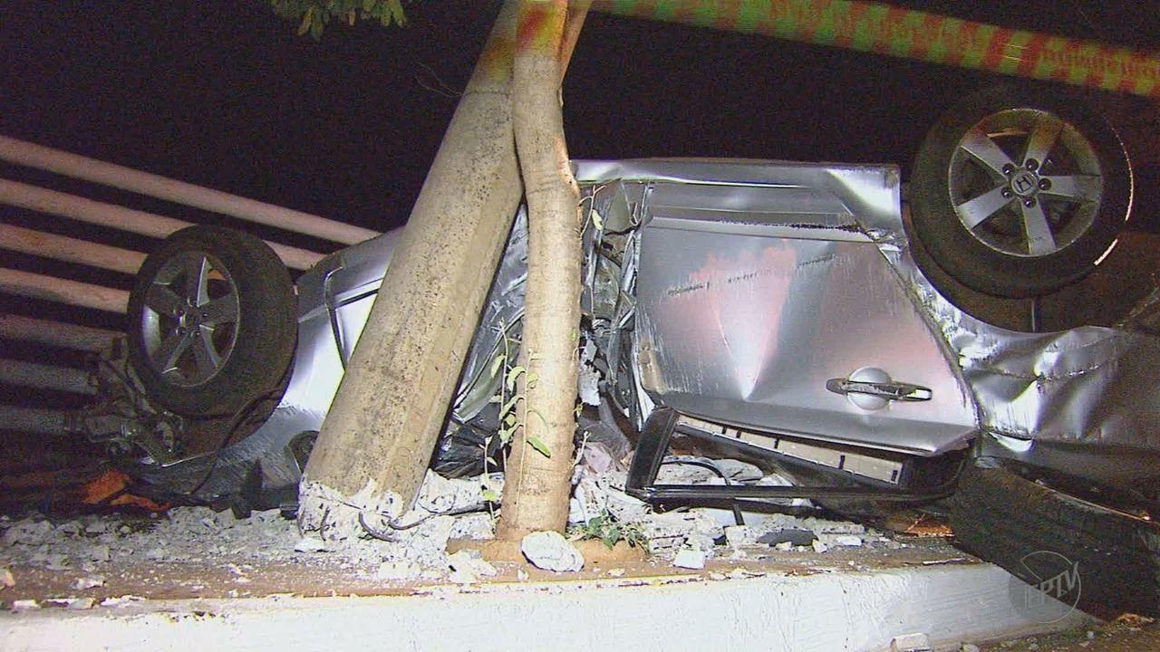 Jovem morre após carro bater contra poste em avenida de Sertãozinho, SP