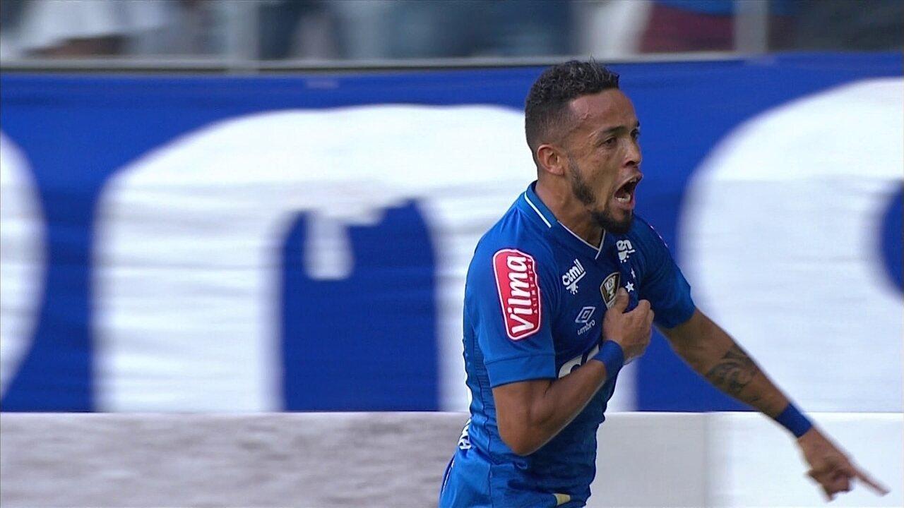 Gol do Cruzeiro! Diogo Barbosa cruza na cabeça de Rafinha, que marca, aos 19' do 1º tempo