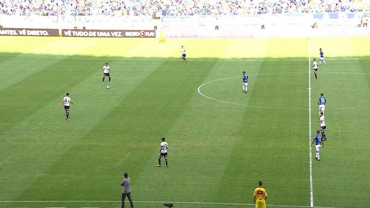 Corinthians troca passes no campo de defesa contra o Cruzeiro