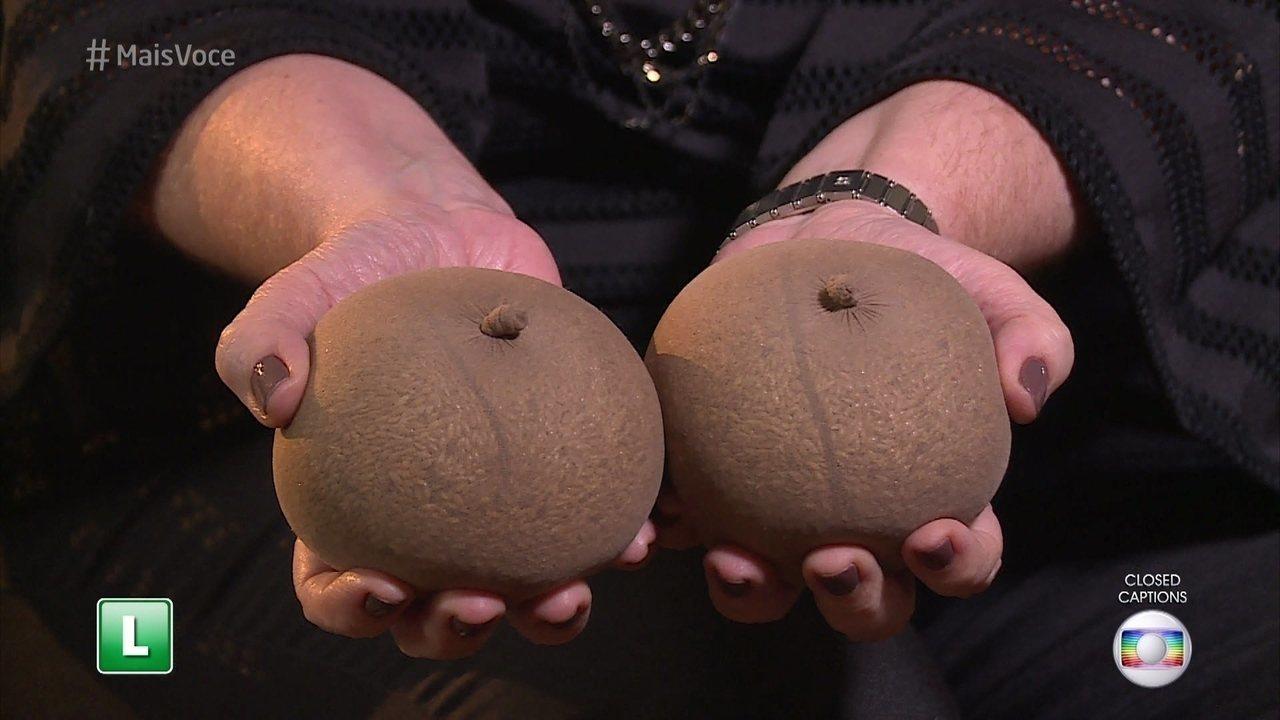 Ana Maria mostra as próteses de aspiste para mulheres mastectomizadas