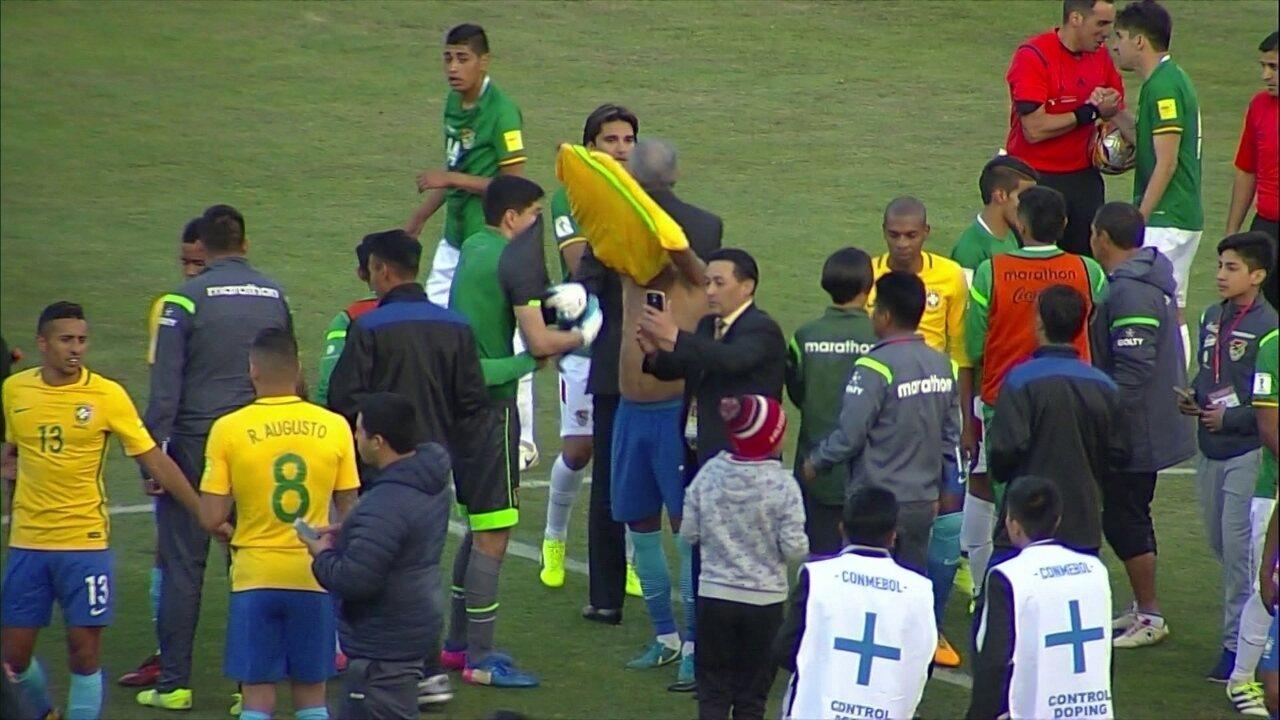Neymar troca de camisa com goleiro Lampe ao fim de Brasil x Bolívia