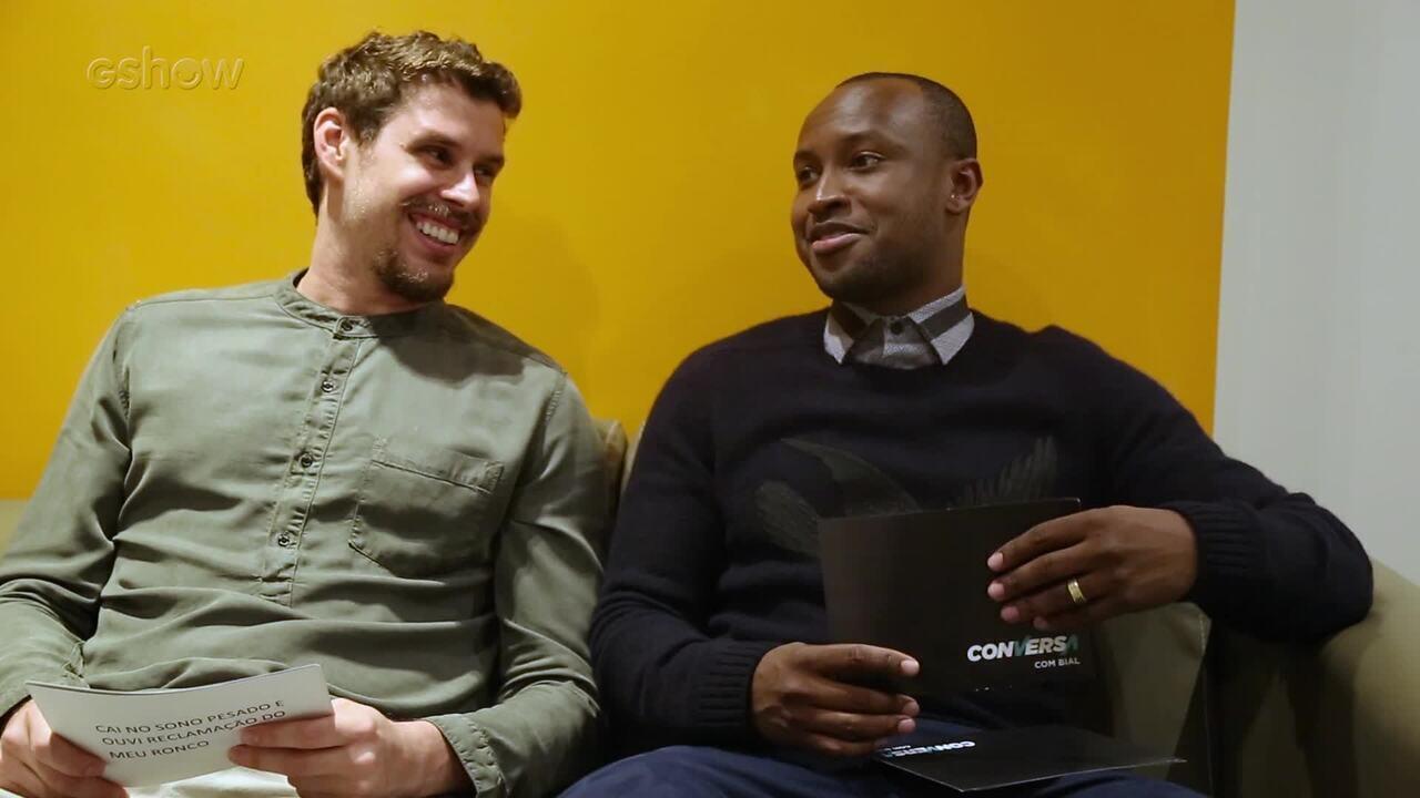 Bruninho e Thiaguinho respondem curiosidades nos bastidores do 'Conversa'