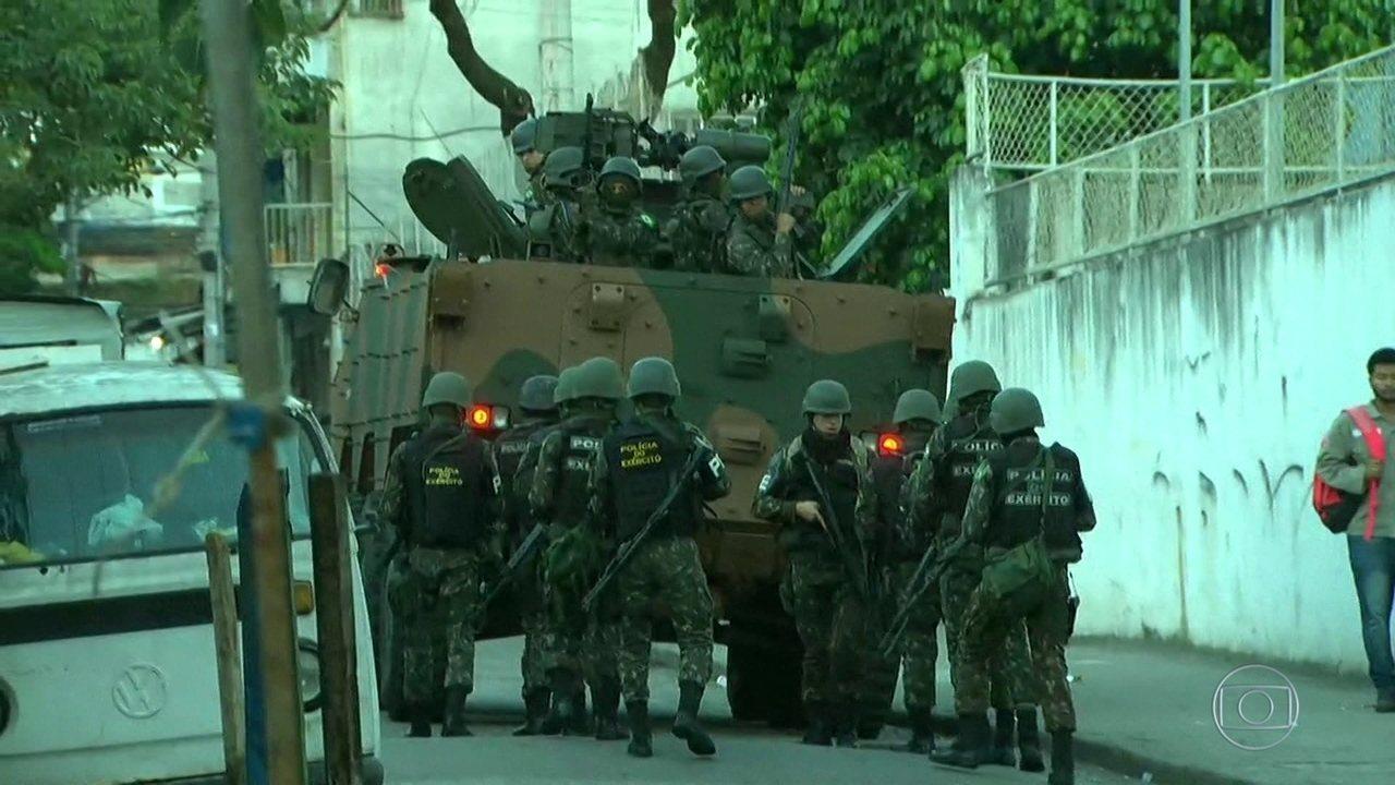 Militares realizam operação no Morro dos Macacos para cumprir 31 mandados de prisão