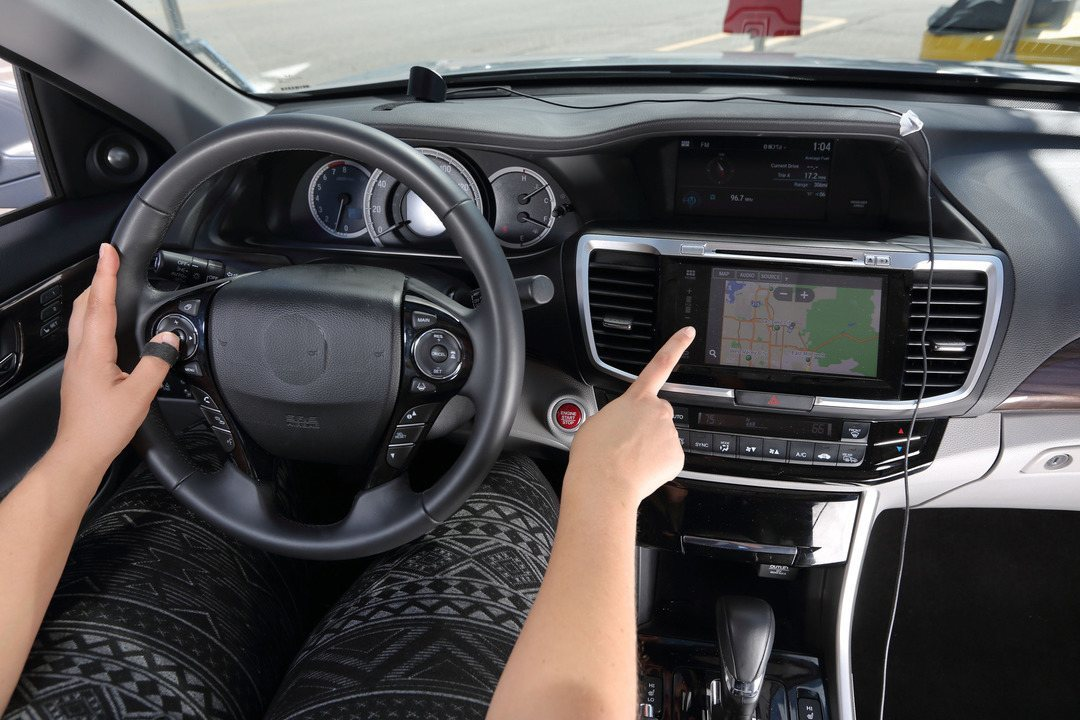 Centrais multimídia distraem demais os motoristas, diz estudo