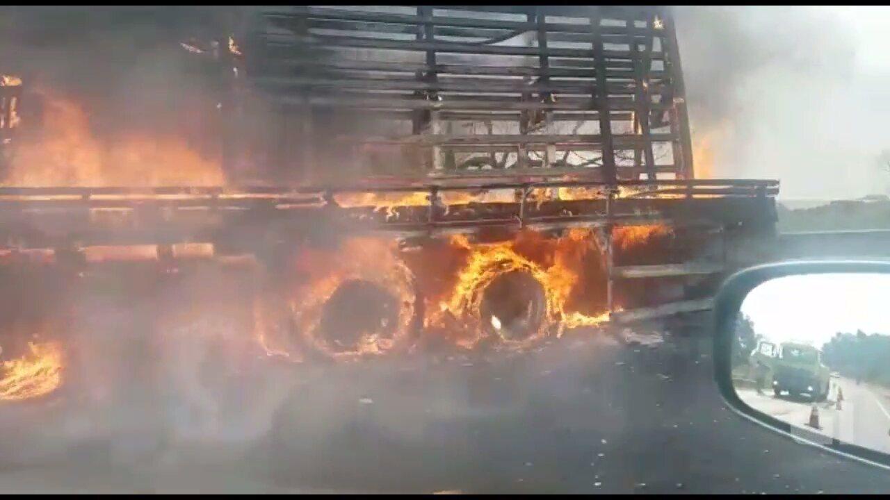 Caminhão pega fogo na BR-277