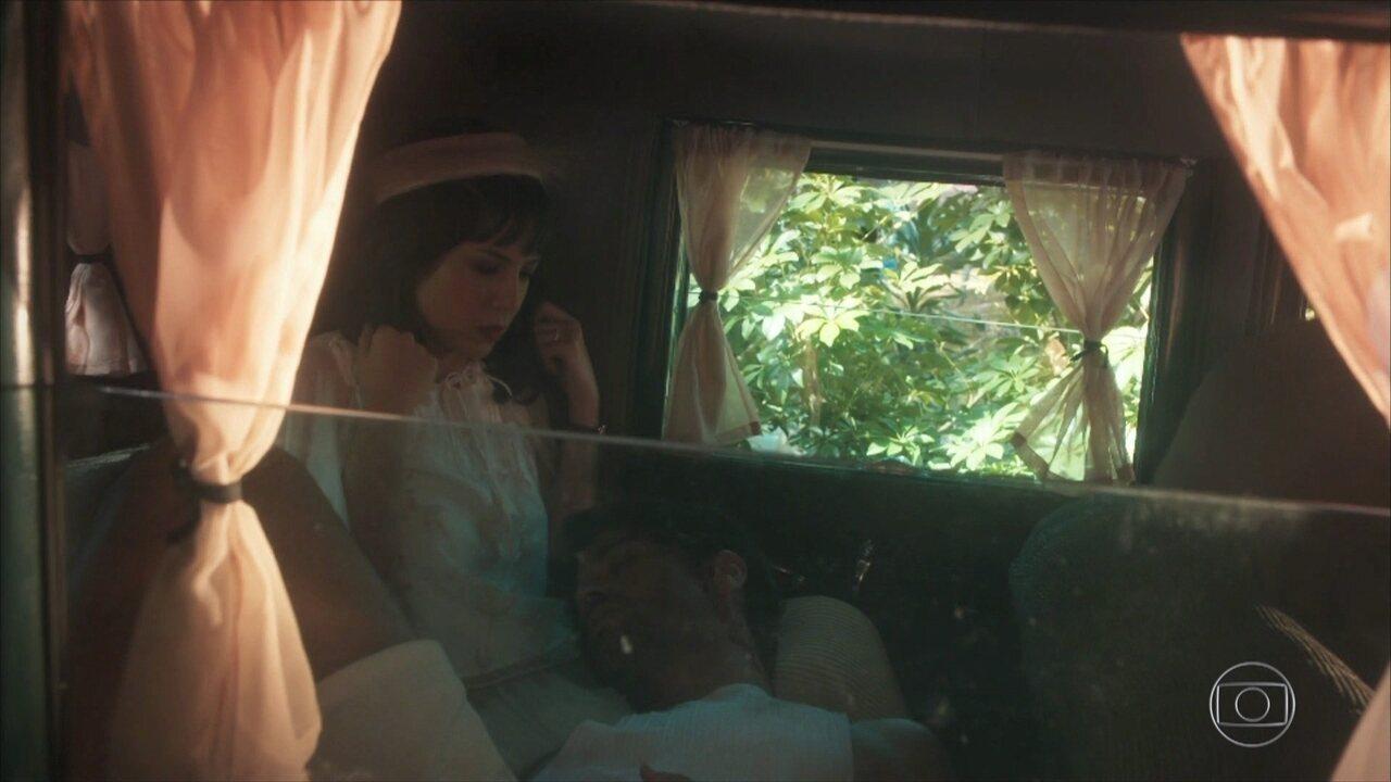 Lucinda, que passa de carro pelo local, resgata Inácio