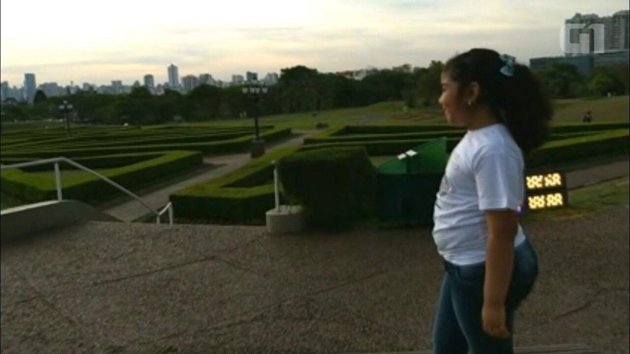 Menina de Tocantins internada em Curitiba realiza sonho de conhecer o Jardim Botânico