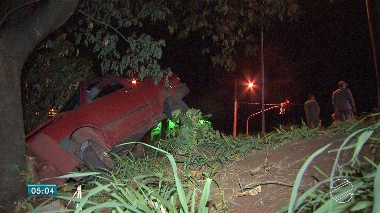 Polícia recebe denúncia de espancamento e encontra carro abandonado às margens de rio
