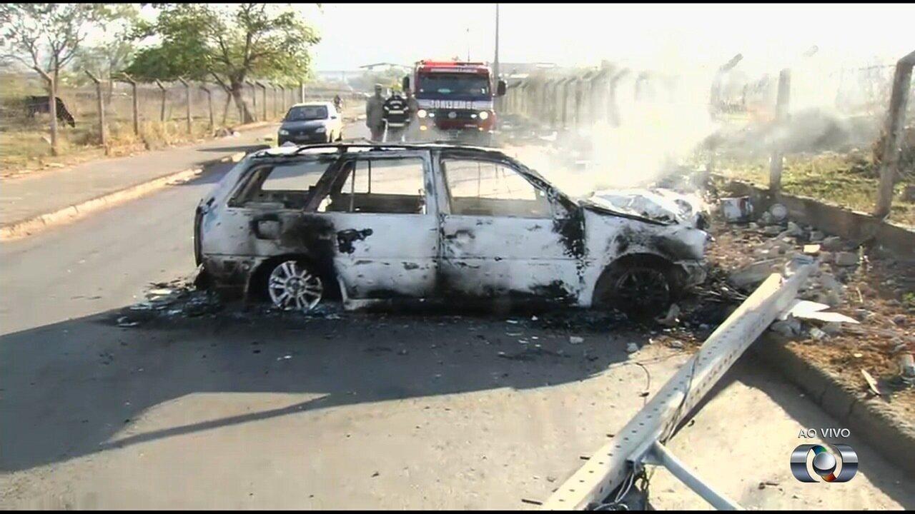 Carro bate em poste e pega fogo em Goiânia