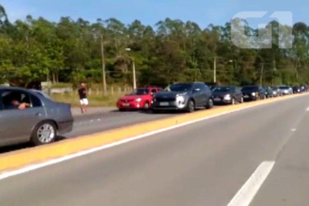 Rodovia Mogi-Bertioga tem trânsito intenso na manhã desta quinta-feira
