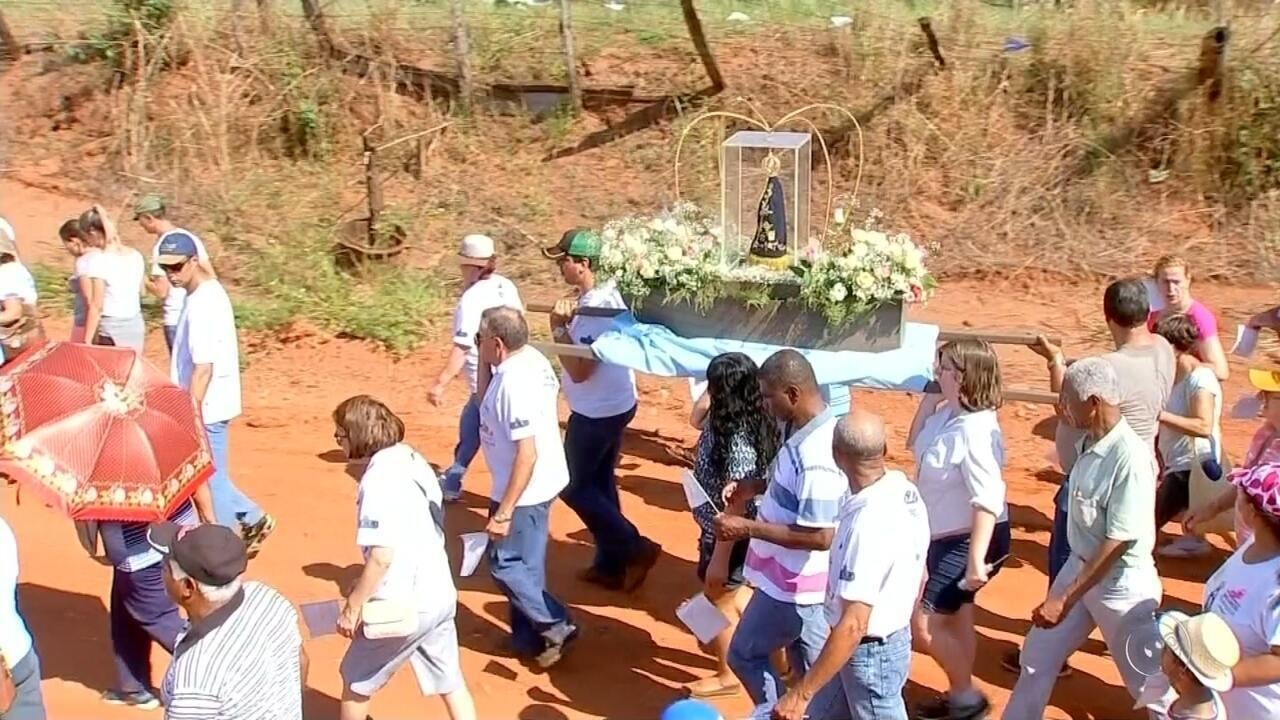 Católicos fazem caminhada em Olímpia em homenagem à Nossa Senhora Aparecida