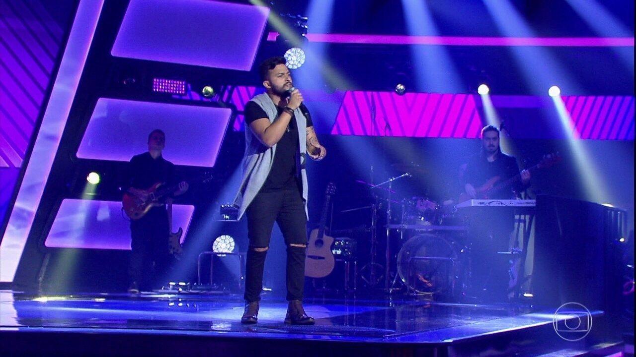 Felipe Maurente canta 'Ela Só Quer Paz'