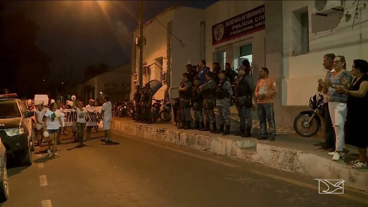 Moradores no MA realizam protesto e pedem justiça por comerciante morto preso em gaiolão