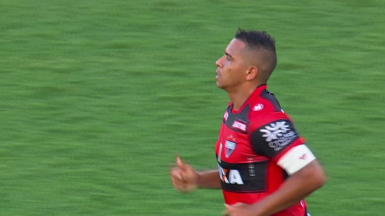 Walter marca de pênalti contra o Palmeiras