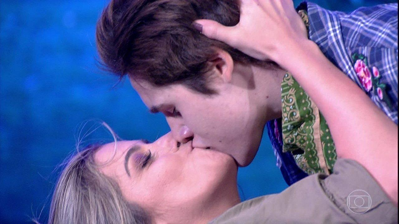 Nicolas Prattes termina apresentação com beijão em Mayara Araújo