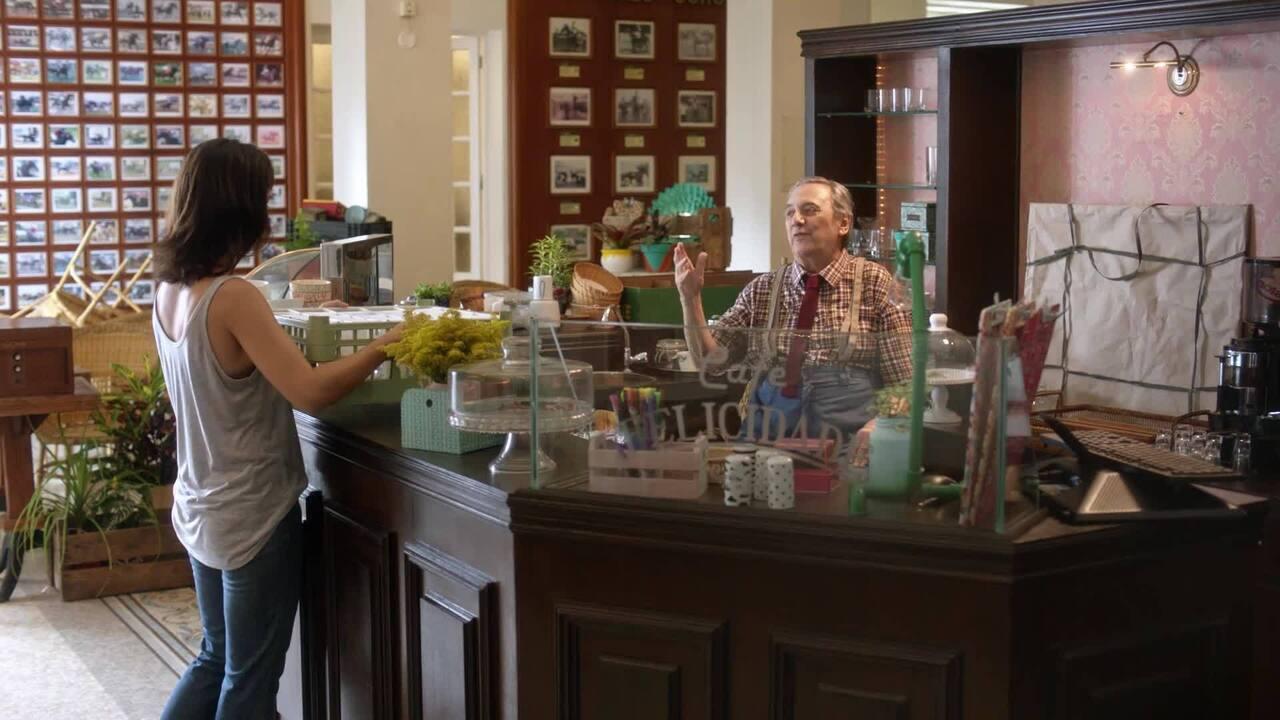 Assista a uma cena do filme 'Altas Expectativas' em que Camilá Márdila contracena com Agildo Ribeiro