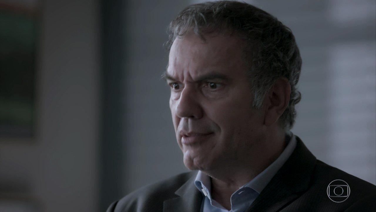Eurico tenta convencer Nonato a mudar de personagem e oferece patrocínio