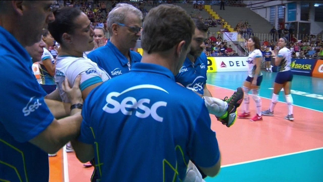 Gabi Guimarães machuca o joelho e deixa a quadra carregada 2 5 bb4781d02d29d