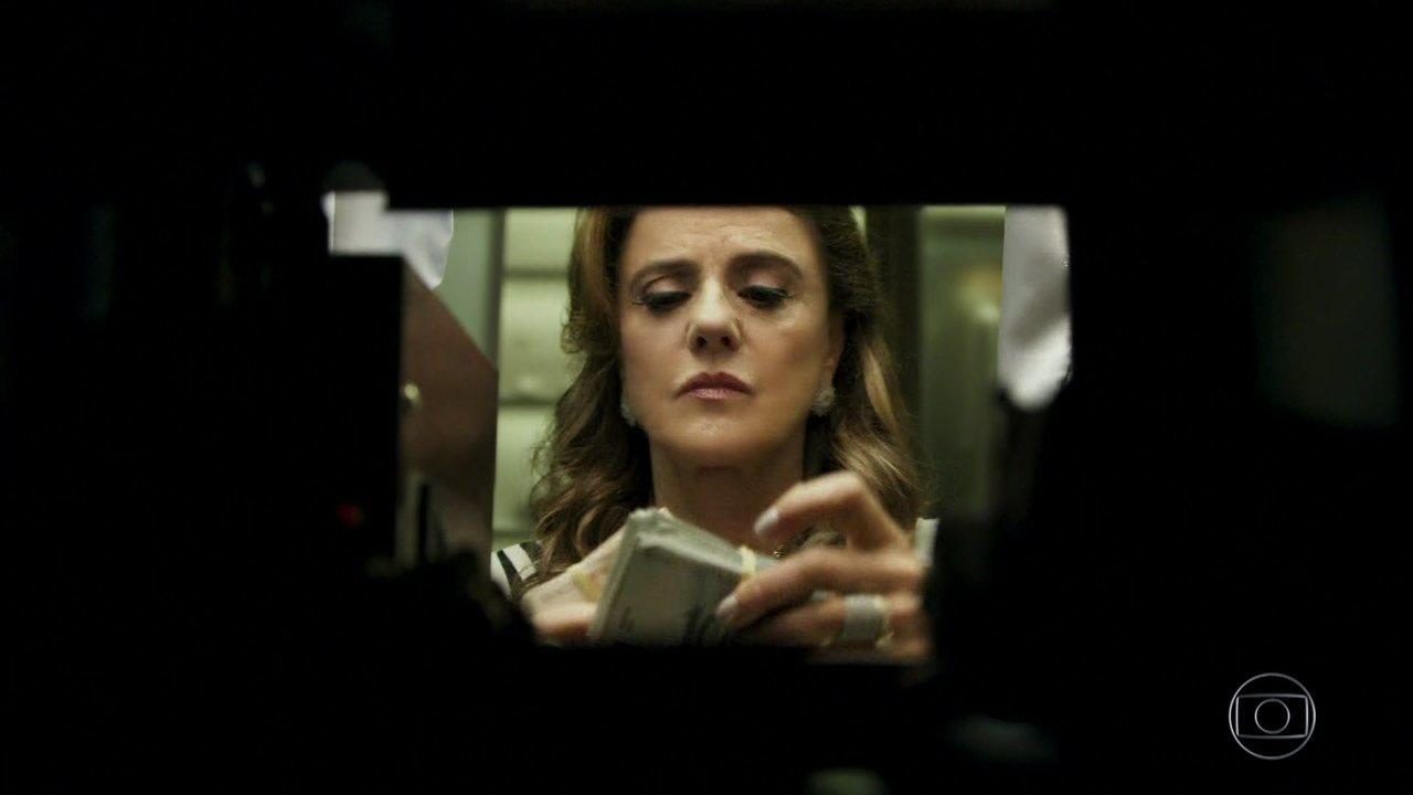Sophia fica furiosa com notícia do casamento e decide subornar Clara