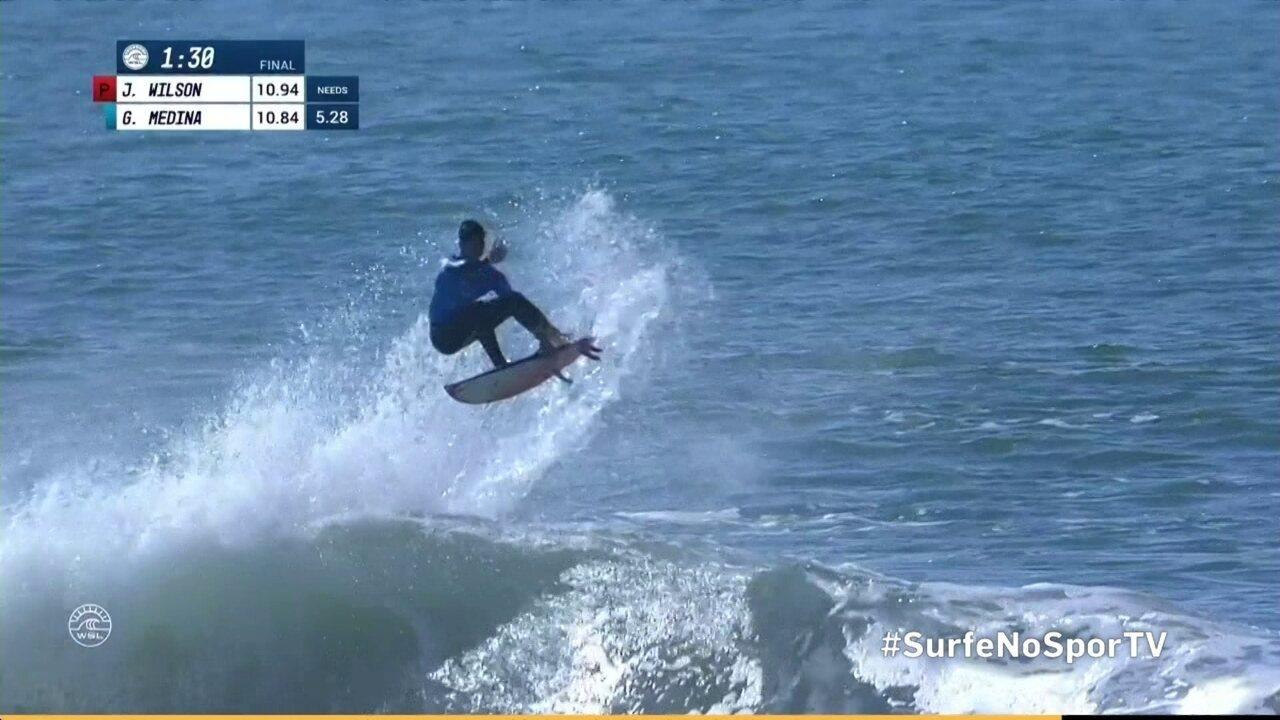 Medina surfa duas boas ondas, vira no fim da bateria e vence a etapa de Portugal