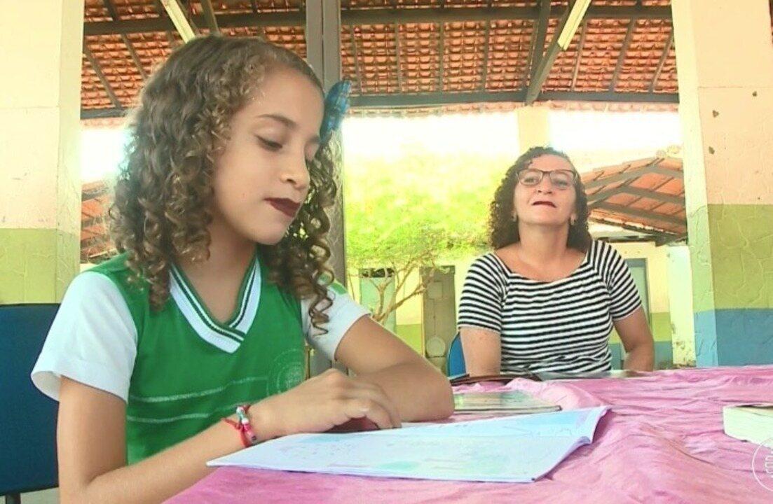 Menina de 9 anos escreve livro e já leu quase 400 e incentiva até sua mãe à leitura