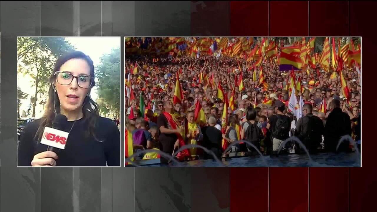 Manifestantes saem às ruas de Barcelona contra independência da Catalunha