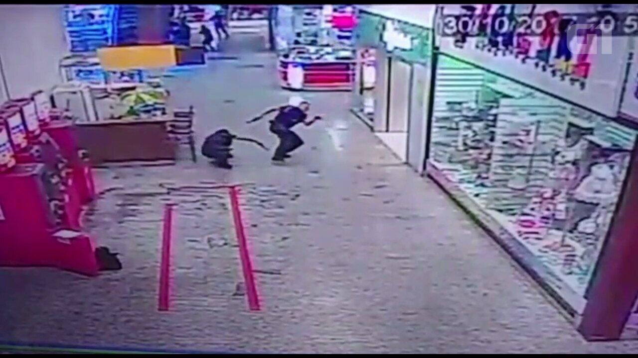 9840d3fd3e Vídeo mostra troca de tiros durante assalto em shopping de Ponta Grossa   assista