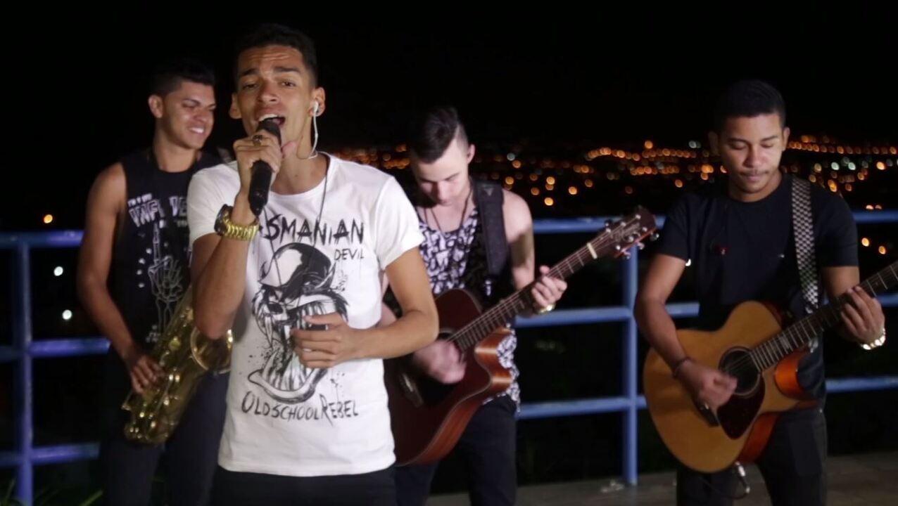 Devinho Novaes canta hits da sofrência no 'Combinado'